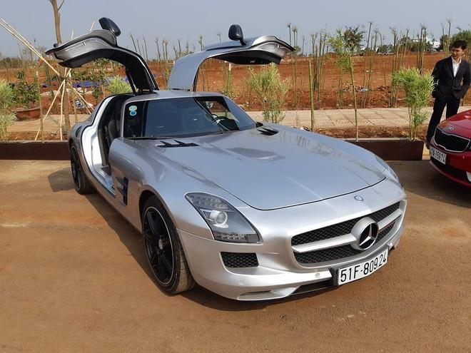 Mercedes-Benz SLS AMG màu đỏ được chủ tịch trung nguyên mua lại và dán sang màu bạc