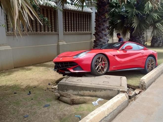 Ferrari F12 Berlinetta biển số tứ quý 7 trong vụ tai nạn vào tháng 9/2018 tại Campuchia
