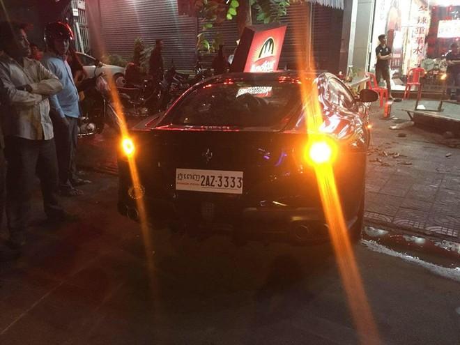 Chiếc Ferrari F12 Berlinetta biển tứ quý 3 bị mất kiểm soát nên lao vào gần một quán ăn bên đường