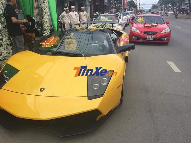 Và cả Hyundai Genesis màu đỏ biển số Sài thành cũng tham dự vào buổi rước dâu tại Gia Lai
