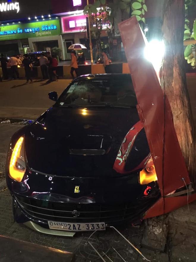 Siêu xe Ferrari F12 Berlinetta tứ quý 3 gặp tai nạn ở Campuchia vào ngày đầu tiên của năm 2019