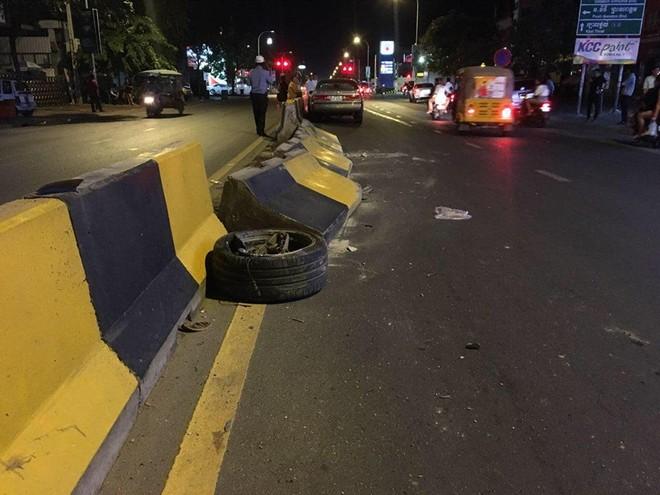 Trong đó, 1 bánh xe nằm ở dải phân cách giữa đường