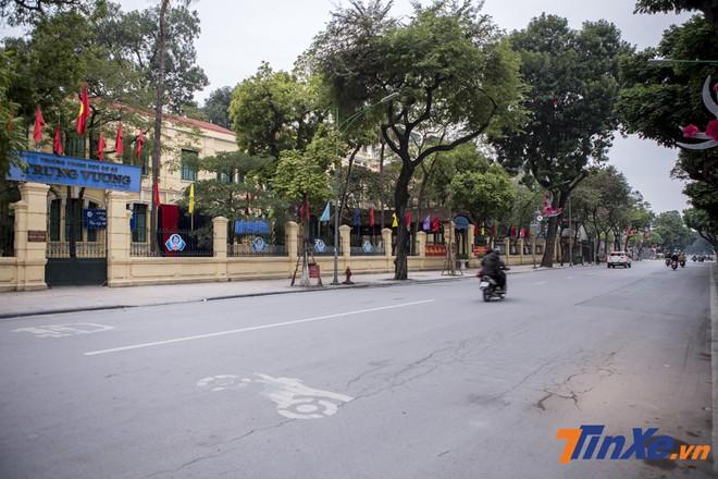 Những tuyến phố chính của Hà Nội vào ngày thường luôn kín xe với những con người tất tả đi làm. đi học thì nay bỗng chở nên vắng lặng.