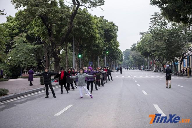 Tại hồ Hoàn Kiếm, có thể dễ dàng bắt gặp nhiều nhóm người tập trung để tập thể dục buổi sáng.