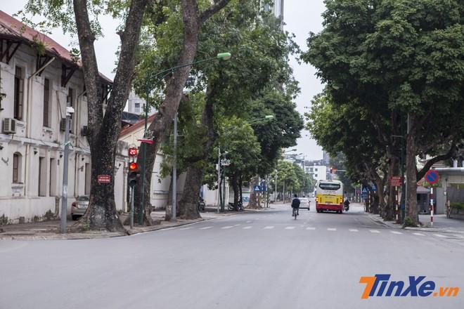 Đoạn đường Trần Phú - Kim Mã thường ngày hay có hiện tượng ách tắc cục bộ vào giờ cao điểm buổi sáng thì sáng nay đã đường thông hè thoáng hơn rất nhiều.