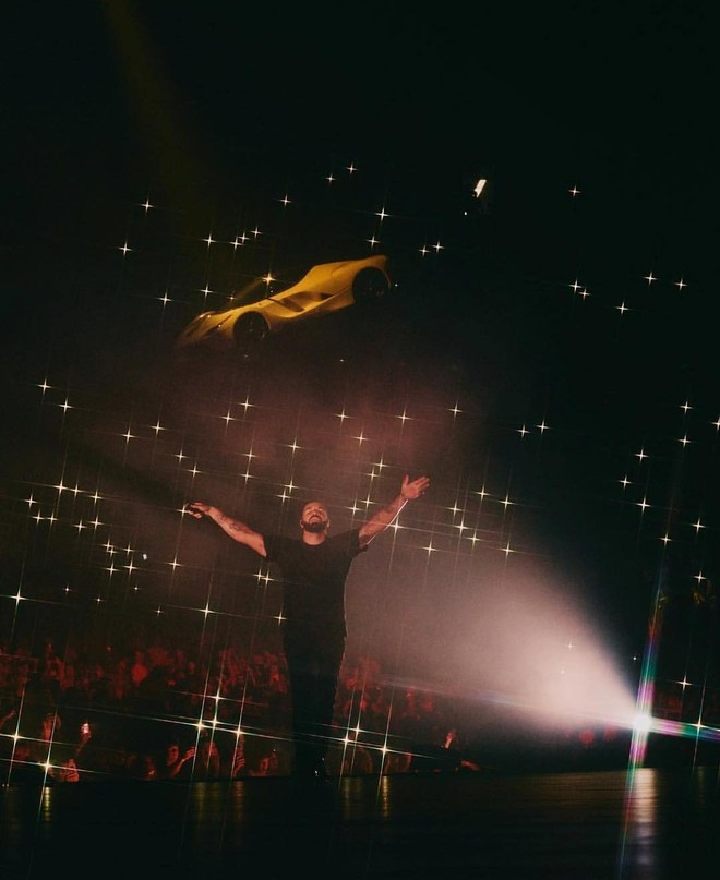 Chiếc Ferrari LaFerrari trôi lơ lửng trong buổi biểu diễn của rapper Drake