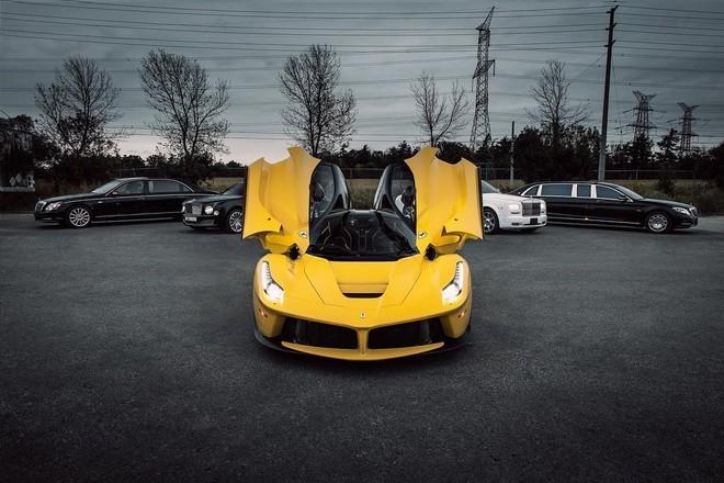 Chiếc siêu xe này được sơn màu vàng khá hiếm của Ferrari