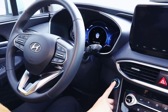 Hyundai Santa Fe 2019 tại Trung Quốc được trang bị máy quét vân tay ở nút bấm khởi động máy