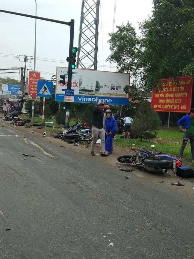 Những chiếc xe máy nằm la liệt tại hiện trường vụ tai nạn kinh hoàng