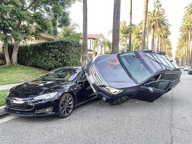 Hiện trường vụ tai nạn của hai chiếc Tesla Model S và Subaru Outback