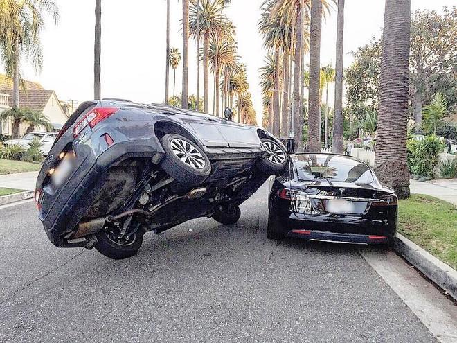 Cả hai chiếc ô tô đều gần như không bị suy suyển