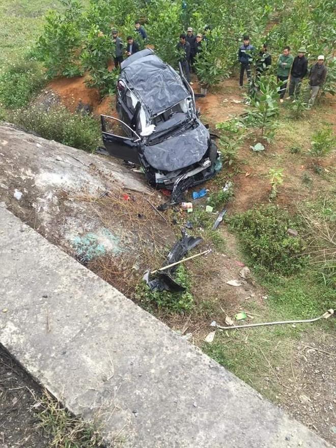 Chiếc Toyota Highlander rơi từ trên cao tốc xuống vườn cây bên dưới