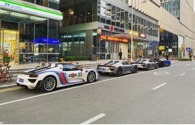 3 chiếc Porsche 918 Spyder và Bugatti Chiron xếp hàng dài trên đường phố Trung Quốc