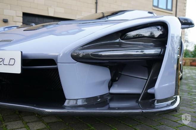 Bộ áo xám Ceramic Grey trên chiếc McLaren Senna đang rao bán này kết hợp vời nhiều chi tiết bằng sợi carbon bóng