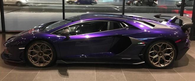 Siêu xe Lamborghini SVJ này còn có mâm sơn màu đồng và dải 3 màu xanh lá cây, trắng cùng đỏ bên hông xe tương tự quốc kỳ Ý