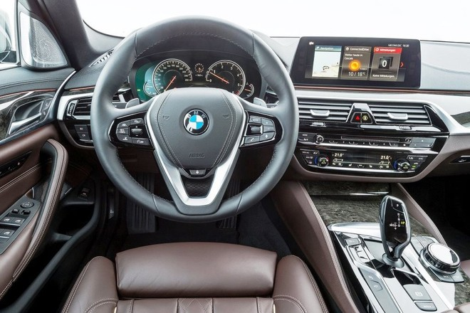 Nội thất tập trung về hướng người lái với màn hình thông tin giải trí đặt nổi