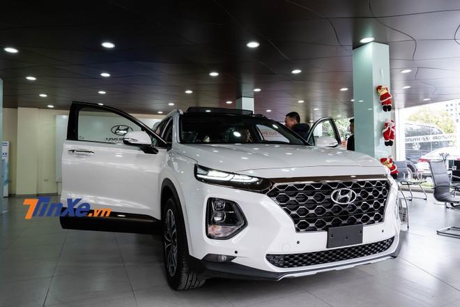 Cắt mất trang bị so với thế hệ trước nhưng Hyundai Santa Fe 2019 đang có giá tạm tính cao hơn khoảng 100 triệu đồng