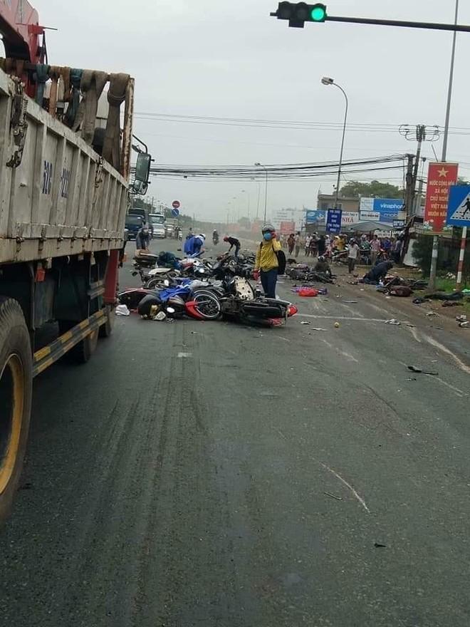 Tại hiện trường vụ tai nạn, hàng loạt xe máy nằm la liêt trong tình trạng vỡ nát, dồn ứ