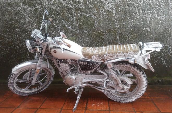 Yamaha SP125 của du khách đóng băng gần như toàn bộ từ yên xe cho đến động cơ, lốp