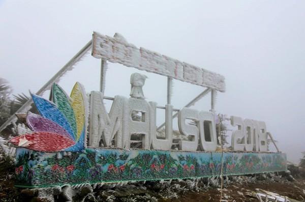 Mẫu Sơn là vùng núi cao chạy theo hướng đông-tây, nằm ở phía đông bắc tỉnh Lạng Sơn thuộc địa phận chính của 3 xã: Mẫu Sơn, Công Sơn của huyện Cao Lộc và xã Mẫu Sơn của huyện Lộc Bình, nằm cách thành phố Lạng Sơn 30 km về phía đông, giáp với biên giới Trung Quốc.