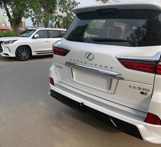 2 chiếc Lexus LX570 Super Sport màu trắng lúc mới về Bình Dương