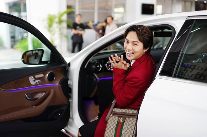 Duy Khánh Zhou Zhou rạng rỡ trong buổi bàn giao chiếc xe sang hơn 2 tỷ đồng