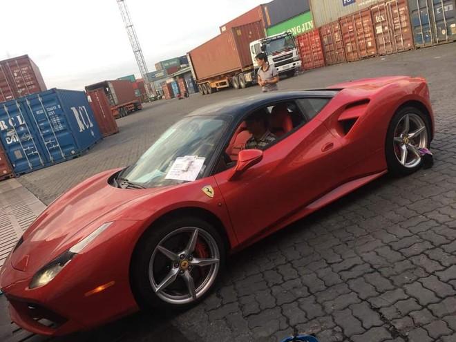 Do được nhập khẩu từ thị trường Mỹ nên 2 bên hông siêu xe Ferrari 488 GTB này có thêm đèn xi-nhan