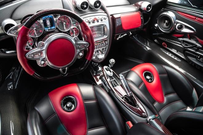 Khoang lái chiếc Pagani Huayra này có nội thất màu đỏ đậm hơn