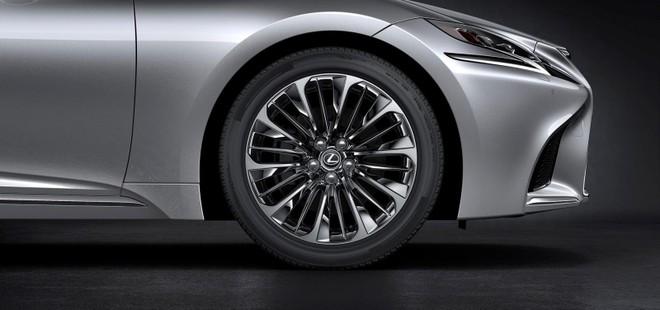 Mâm 20 inch thiết kế dạng vành rỗng trên LS 500 2019, bản hybrid LS 500h sẽ đơn giản hơn một chút