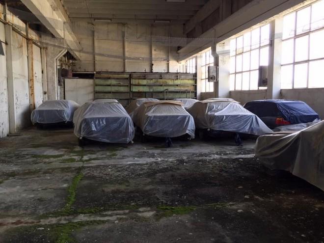 11 chiếc BMW 5-Series được phủ bạt trong nhà kho