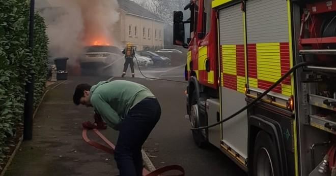 Chiếc Range Rover Sport bốc cháy bên ngoài ngôi nhà của bà Sharron
