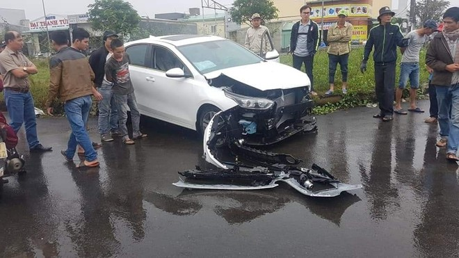 Chiếc Kia Cerato 2019 vỡ nát phần đầu xe
