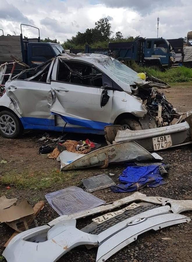 Chiếc taxi do nữ tài xế điều khiển gây tai nạn