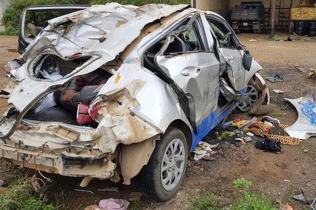 Chiếc taxi bị vò nát sau vụ tai nạn nghiêm trọng