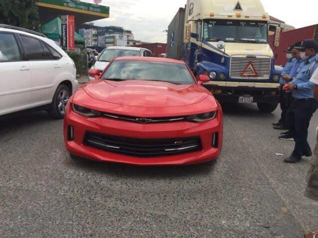 Vụ tai nạn của chiếc xe thể thao Chevrolet Camaro RS màu đỏ với xe container xảy ra tại Campuchia