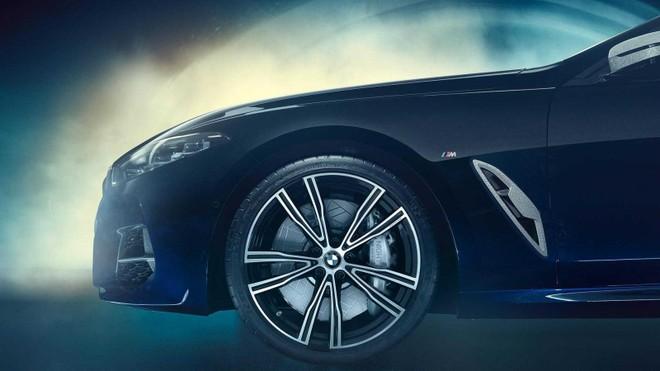 Cận cảnh la-zăng của BMW M850i Night Sky