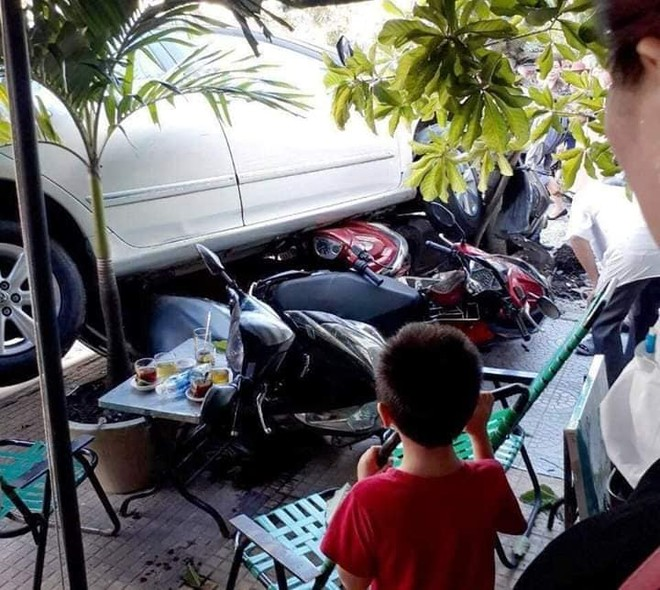 4 chiếc xe máy nằm bên dưới gầm chiếc Toyota Corolla Altis