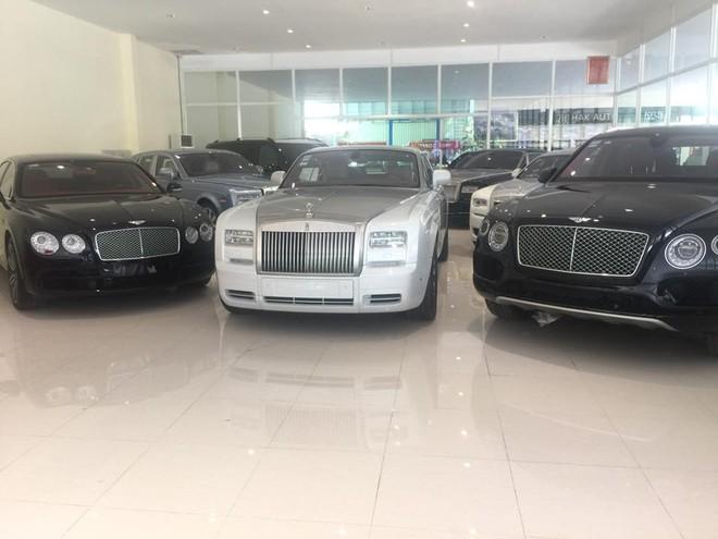 Thêm 1 chiếc Rolls-Royce Phantom Series II thế hệ thứ VII khác với điểm nhấn là nắp capô màu bạc