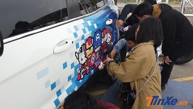 Các chủ xe cùng sinh viên Kiến Trúc đang cùng nhau trang trí cho chiếc xe Ford Ecosport.