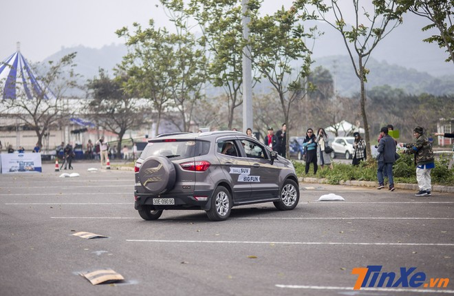 Vượt trướng ngại vật ở tầm thấp cũng không khó với Ford Ecosport khi xe có khoảng sáng gầm 175mm.