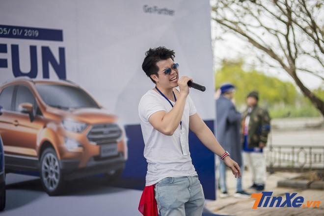 Nam ca sĩ Đinh Mạnh Ninh trình diễn tại sự kiện Small SUV, Big Fun.