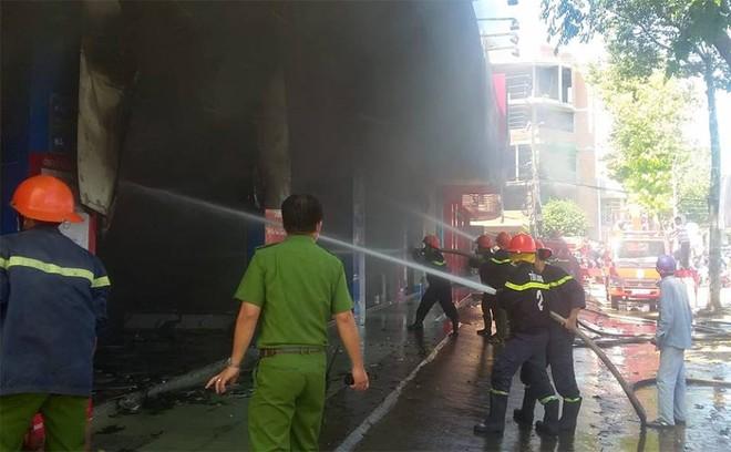 Phòng cảnh sát PCCC Công an tỉnh Tiền Giang cùng các đơn vị nghiệp vụ phong toả hiện trường để dập tắt đám cháy