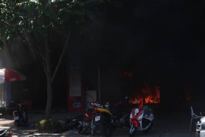 Ngọn lửa bùng cháy từ kho phụ tùng cửa hàng xe máy và lan sang phần khu mua bán, trưng bày và bảo trì xe