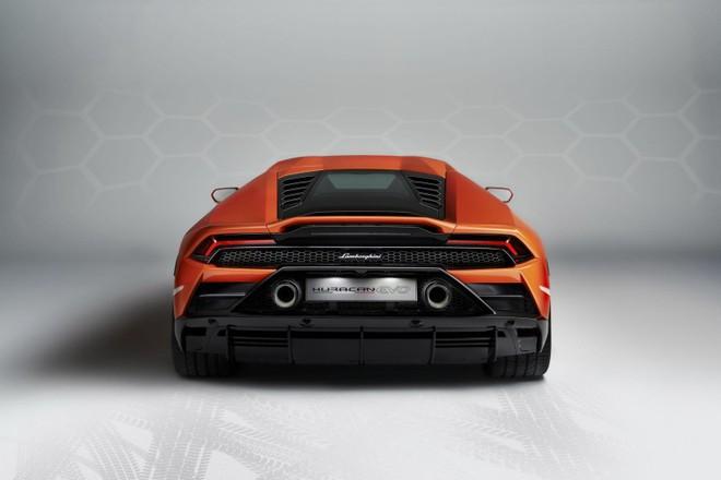 Lamborghini Huracan EVO 2020 được cải tiến cả thiết kế đuôi xe