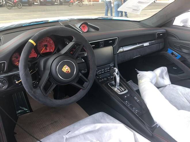 Nội thất của siêu xe Porsche 911 GT2 RS 2018 cập bến Việt Nam