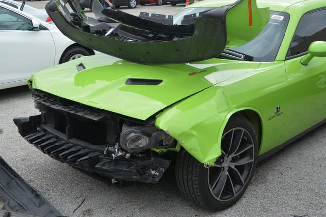 Chiếc Dodge Challenger R/T Scat Pack 2019 bị hỏng nặng ở đầu xe
