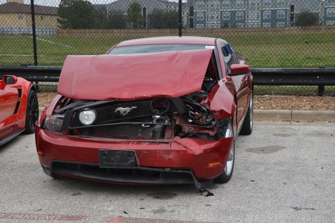 Chiếc Ford Mustang bị hỏng khá nặng ở đầu xe