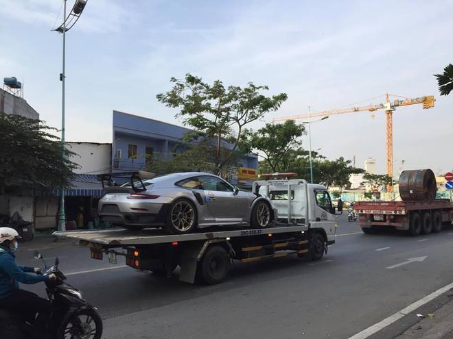 Porsche 911 GT2 RS 2018 nhanh chóng được làm thủ tục thông quan và vận chuyển trên đường phố Sài thành bằng xe cứu hộ