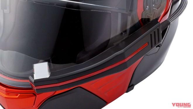 Bộ điều khiển và phát tín hiệu được đặt phía bên ngoài mũ, tích hợp thẳng vào kính chắn gió