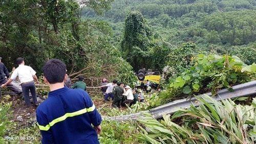 Lực lượng cứu hộ đưa người bị nạn lên từ vực sâu